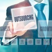 Outsourcing to obsługa informatyczna świadczona przez specjalistów, którzy dbają o system zabezpieczeń infrastruktury IT.