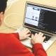 Etyczny haker przeprowadza symulowane ataki na sieć firmową.