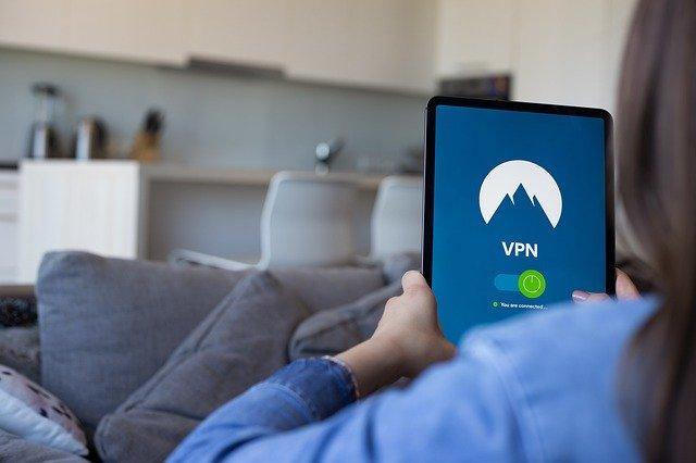 VPN pozwala na bezpieczny dostęp do sieci firmowej przez smartfony, laptopy i tablety.