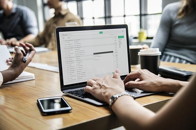Za pomocą Microsoft Teams pracownicy mogą swobodnie komunikować się wewnątrz firmy i umawiać spotkania biznesowe.