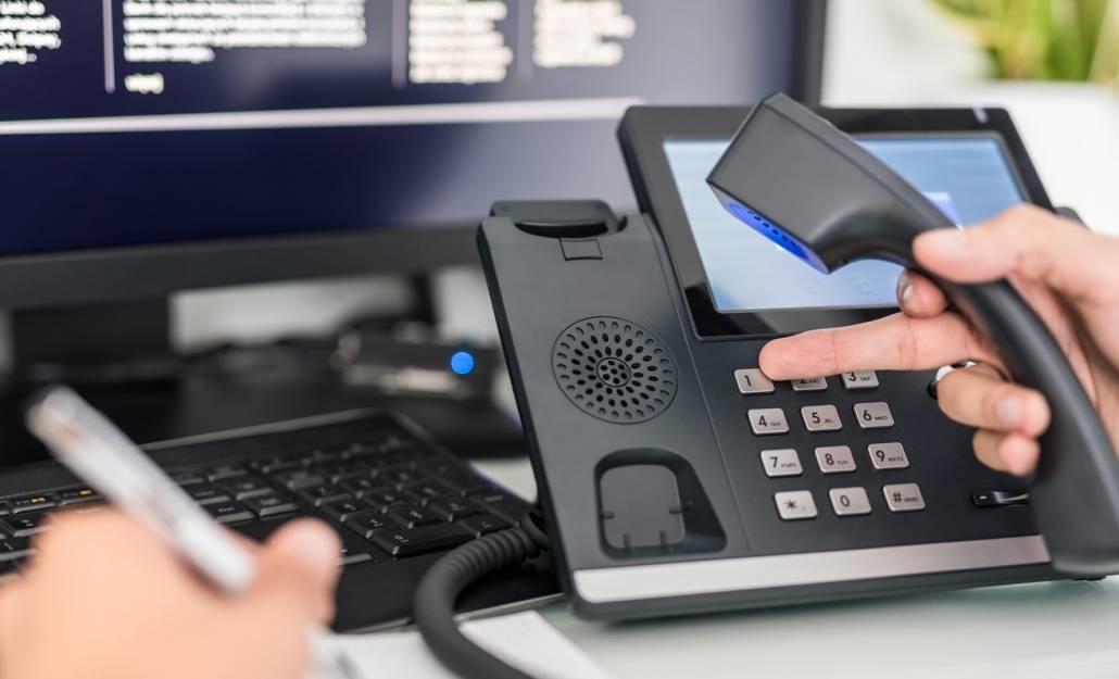 Telefonia internetowa w czasach koronawirusa umożliwia przekierowywać połączenia pomiędzy pracownikami na odległość.